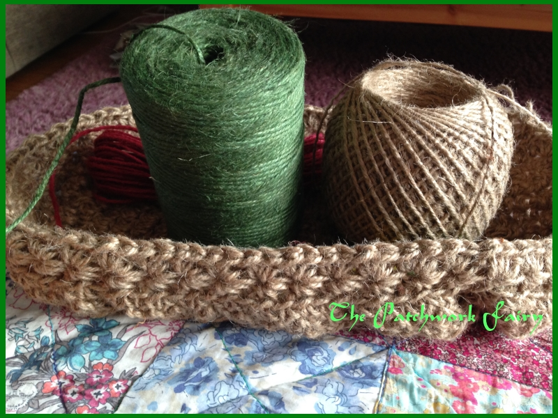 Tote bag crocheted in natural twine and green twine