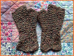 fingerless gloves in brwon cotton and viscose mix.