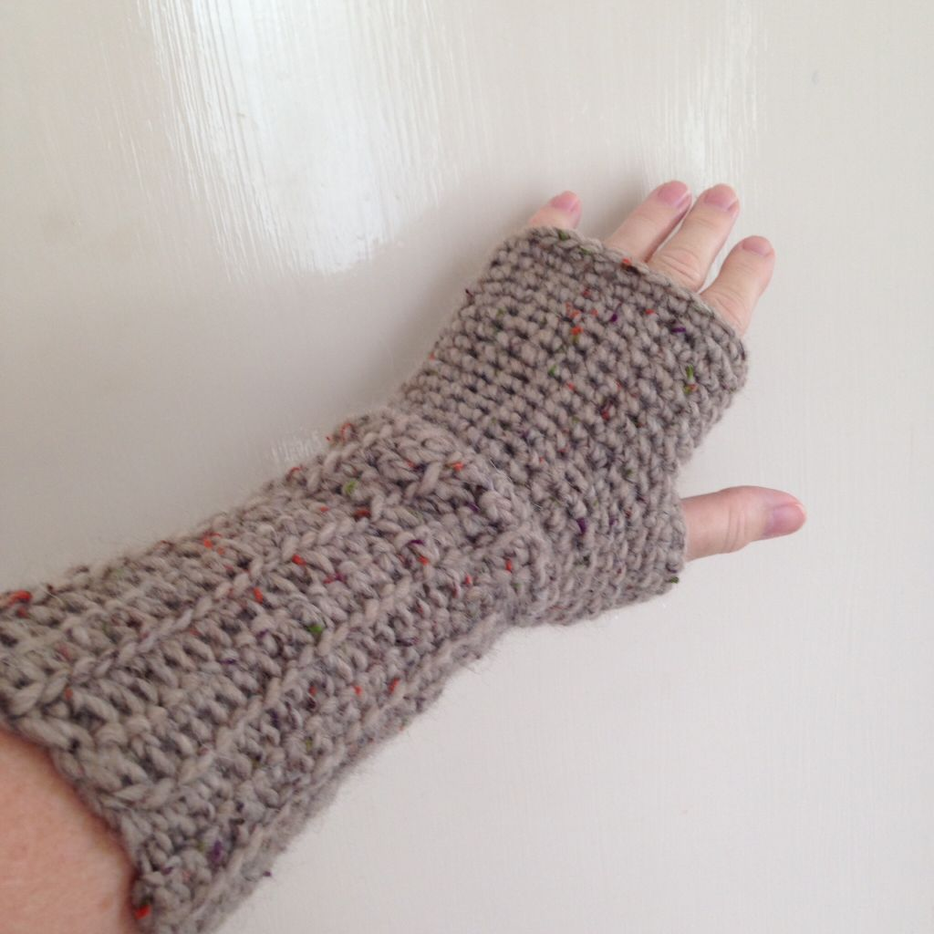 fingerless gloves in oatmeal tweed yarn